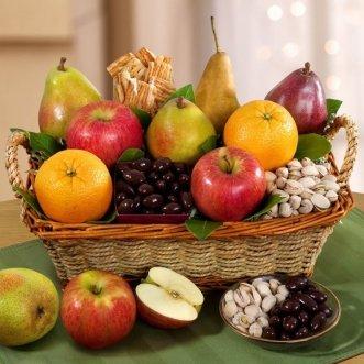 Корзина с яблоками, грушами и орешками