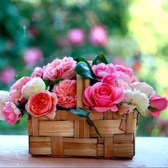 Корзина пионов и роз