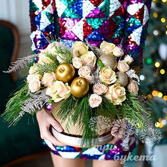 Розы в новогодней коробке