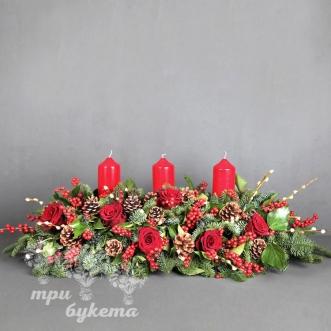 novogodnee-ukrashenie-stola-s-rozami